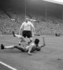 International Friendly match at Wembley Stadium. England 4 v Brazil 2. England's Stanley Matthews battles for the ball with Nilton Santos. 9th May 1956. Pic courtesy of Mirrorpix