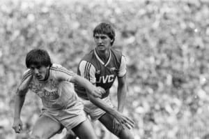 Arsenal v Liverpool Division One Football 15th August 1987 Peter Beardsley tries to fend off Arsenal's Tony Adams. Pic via Mirrorpix.
