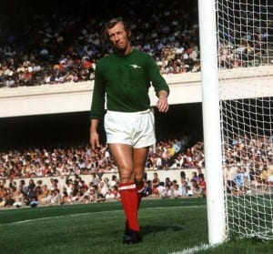 Arsenal's Double-winning shot stopper Bob Wilson in action. (Image via Mirrorpix)