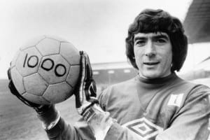 Pat Jennings Arsenal goalkeeper February 1983 holds a football with the figure 1000 after making 1000 appearances in first class matches. Pic via Mirrorpix.