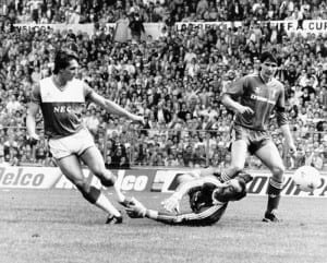Everton  V  Liverpool F.A. Cup Final 1985/86 Season. Gary Lineker beating Bruce Grobbelaar to score Everton's only goal in the FA Cup Final against Liverpool, who went on to win the match three -one. May 10th 1986. Pic via Mirrorpix.