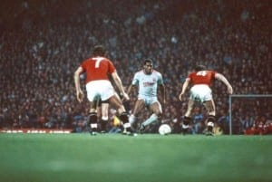 Liverpool's John Barnes in the middle, Manchester United 1-1 Liverpool, League match at Old Trafford, Sunday 15th November 1987. Pic via Mirror pix.