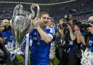 Frank Lampard hoists the Champions League aloft in 2012. (Image via Mirrorpix)