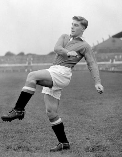 Edwards training with Manchester United. Image via Mirrorpix.